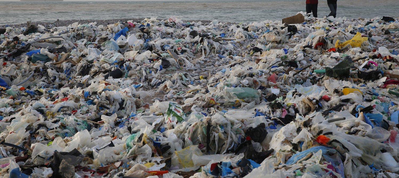 پلاستیک کنار دریا